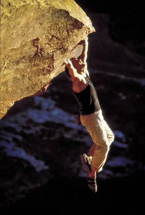 Ethan Hunt (Tom Cruise) kiipeää ilman apuvälineitä noutamaan seuraavan tehtävänsä elokuvassa Mission Impossible 2.