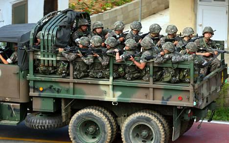 Etelä-Korean joukot etsivät sunnuntaina sotilasta, joka oli ampunut vartiovuorossa viisi toveriaan.