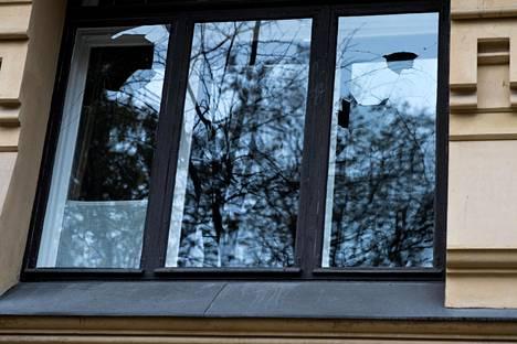 Mielenosoituksen yhteydessä rikottuja ikkunoita Turkin suurlähetystöllä Helsingin Kaivopuistossa.