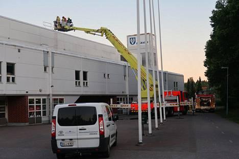 Pelastuslaitoksen yksikön henkilöstö meni katolle nostolavaa käyttäen.