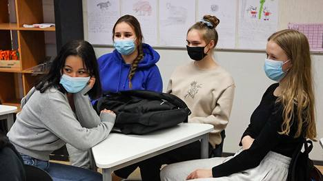 Kuvassa vasemmalta Aura Alijoki Cornejo, Nea Toikkanen, Vera Tuomola, Edith Räisänen. Vantaan kansainvälisen koulun 9B-luokan oppilaita maskit kasvoilla kemian tunnilla.