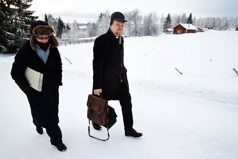 Kanttori Natalia Novikova ja kirkkoherra Esa Oikarinen matkalla hartaushetkeen.