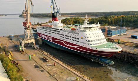 Viking Amorella tutkittavana ja korjattavana Naantalin korjaustelakalla 25. syyskuuta.