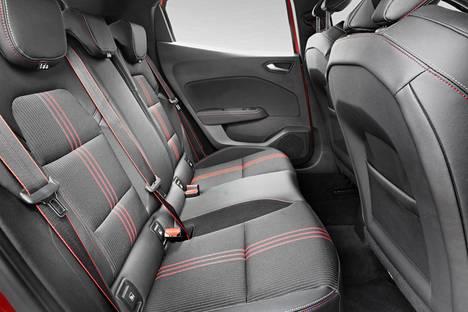 Pienissä autoissa takapenkillä on aikuisella aina ahdasta. Clion tilat ovat auton kokoon nähden kohtalaiset.