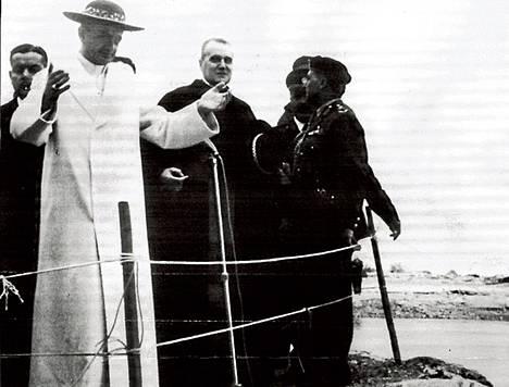 Paavi Paavali VI siunaa Jordanin veden seisten sillä paikalla, jolla Kristus perimätiedon mukaan kastettiin.