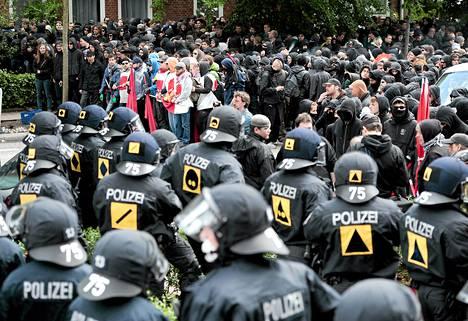 Poliisit seurasivat uusnatsien mielenosoitusta Hampurissa lauantaina. Sunnuntain vastaisena yönä mielenosositus äityi nujakoinniksi.
