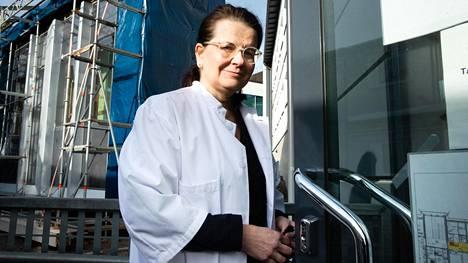 Apulaisylilääkäri Eeva Ruotsalainen mukaan rajoitustoimilla on yhdessä tartunnanjäljityksen kanssa ollut merkittävä vaikutus epidemian leviämisen estämisessä.