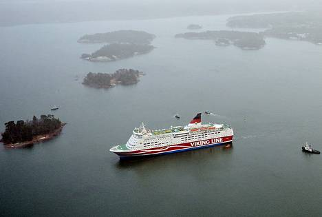 """Amorella ajoi karille Maarianhaminan lähellä. Suuronnettomuus oli lähellä, sillä laivalla oli lähes 2<span class=""""nbsp"""">&nbsp;</span>000 matkustajaa."""