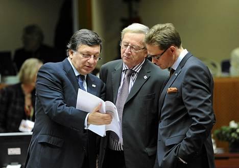 Euroopan komission puheenjohtaja Jose Manuel Barroso, Luxemburgin pääministeri Jean-Claude Juncker  ja Suomen pääministeri Jyrki Katainen tutkivat kokouspapereita EU:n huippukokouksessa Brysselissä.