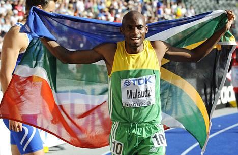 Eteläafrikkalainen Mbulaeni Mulaudzi juhli voitettuaan 800 metrin juoksun maailmanmestaruuden Berliinissa vuonna 2009.