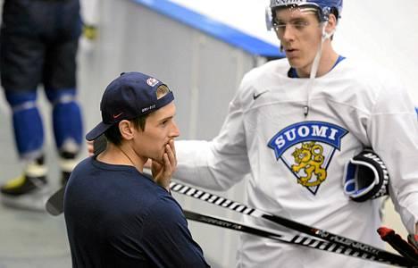 Yhdysvaltain jääkiekkojoukkueen hyökkääjä Steve Moses (vas.) jutteli entisen seurakaverinsa Atte Ohtamaan kanssa Leijonien harjoitusten lomassa.