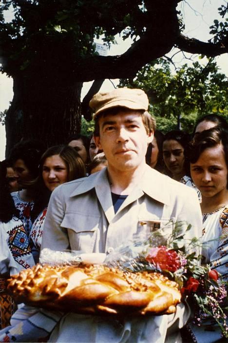 Kansojen välistä ystävyyttä Moldaviassa vuonna 1976. Pekka Tarkka kädessään vehnäleipä, jonka kolhoosin hehkein kaunotar hänelle ojensi.