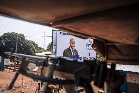 YK:n rauhanturvaajien ajoneuvo ohitti presidentti Faustin-Archange Touadéran vaalimainoksen Banguissa perjantaina.