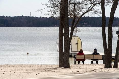 Mellsteninranta Haukilahdessa ja Matinlahdenranta Matinkylässä ovat molemmat suosittuja uimarantoja. Kahviloiden ja ravintoloiden lisäksi rannoilla on muun muassa välinevuokrausta.