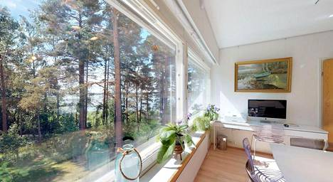 Erkki Anttilan perhe pani kotinsa Lehtisaaressa myyntiin, mutta Vantaan seurakunnan soutaminen ja huopaaminen tonttivuokra-asiassa on vaikeuttanut kauppaa.