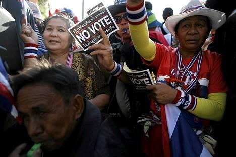 Hallitusta ja tulevia vaaleja vastustavia mielenosoittajia Bangkokissa perjantaina.