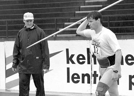 Jarkko Kinnunen kilpaili Kalevan kisoissa Tampereella heinäkuussa 1996. Valmentajaveli Kimmo Kinnunen seurasi vierestä.
