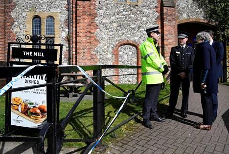 Britannian pääministeri Theresa May keskusteli poliisien kanssa The Mill -pubin edustalla Salisburyssa torstaina. Pubista on löytynyt jäänteitä samasta hermomyrkystä, jolla Skripalit ilmeisesti myrkytettiin.