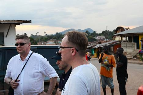 District Court President Juhani Paiho (left) and public prosecutor Tom Laitinen returned from the crime scene inspection to the northern Liberian city of Voinjama last Thursday.