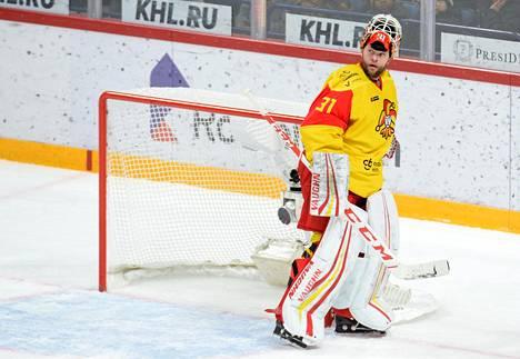 Antti Niemi pelaa Jokerien maalilla Pietarin SKA:ta vastaan.