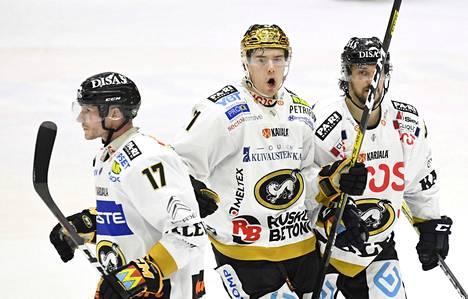 Mika Pyörälä (vas.), Juho Lammikko ja Mika Pyörälä juhlivat maalia ottelussa Helsingin IFK:ta vastaan 15. helmikuuta.