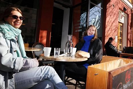 Sofia Sohlberg (oik.) ja Anna Ahdekivi olivat sopineet treffit Helsinginkadulle Meli Cafe & Bakery -kahvilan terassille heti, kun baarisulku maanantaiaamuna loppui. Terassilta he suuntasivat etäluennoille.