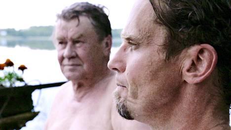 Simo Sipola (oik.) haastattelee dokumentissaan myös isäänsä Veikko Sipolaa.