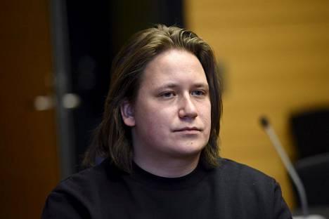 Muusikko Nikke Ankara odotti käräjäkäsittelyn alkamista oikeussalissa torstaina.