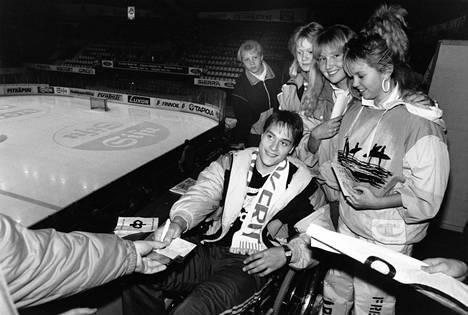 Teemu Selänne jakoi nimikirjoituksia 1989.