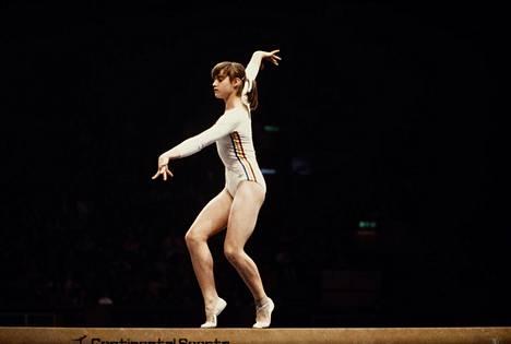 Nadja Comaneci puomilla Montrealin olympialaisissa vuonna 1976. Hän sai ohjelmastaan kymmenen pistettä.