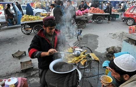 Afganistanilainen katukauppias tarjoili kanakeittoa Jalalabadissa torstaina.