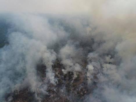 Amazonin viidakkoalueella savusi elokuussa 2020, kun sademetsiin peltoja raivaavat maanviljelijät olivat sytyttäneet metsiä palamaan.
