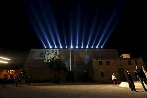 Pakolaisten kuvia heijastetaan rakennuksen julkisivuun Maltan kokouksen avajaisten harjoituksissa.