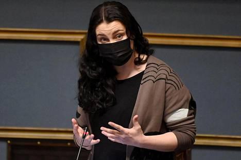Vihreiden kansanedustaja Emma Kari eduskunnan täysistunnossa Helsingissä 28. huhtikuuta 2021.