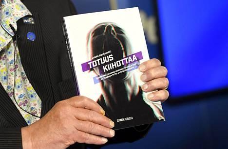 Ministeriön selvityksen mukaan Suomen Perustan saaman valtionavustuksen ehtoja ei ole noudatettu, kun rahoja on käytetty Jukka Hankamäen Totuus kiihottaa -kirjan julkaisuun.
