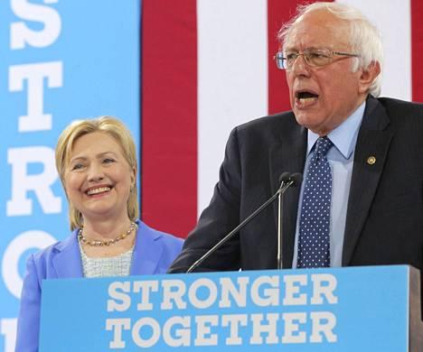 Bernie Sanders ilmoitti tuestaan Hillary Clintonille kampanjatilaisuudessa Portsmouthissa New Hampshiressa tiistaina.