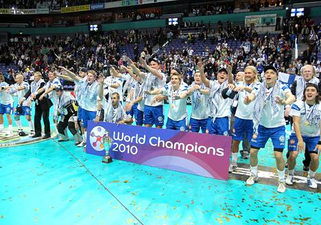 Suomen miehet juhlivat salibandyn MM-kultaa Hartwall-areenassa vuonna 2010.