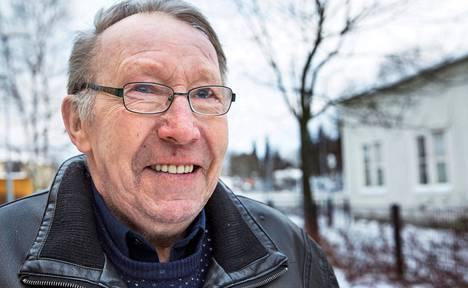 """Lauri Tavisalmi on juonut alkoholia nuoresta lähtien. Juominen huomattiin myös työpaikalla Helsingin satamalaitoksessa, mistä Tavisalmi lähetettiin Järvenpään sosiaalisairaalaankin. Juominen on vähentynyt, mutta se pitäisi lopettaa kokonaan, hän sanoo. """"Mutta minulla on heikko luonne."""" Tavisalmi jatkaa kuitenkin yrittämistä."""