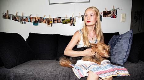 Viimeistä kuukauttaan Nuorisosäätiön talossa Sörnäisissä asuva Riikka Marsh koiransa Mindin kanssa. Hän ei pitänyt siitä, että talo myydään ja vuokria nostetaan ilman, että asiasta mitenkään neuvoteltiin vuokralaisten kanssa.