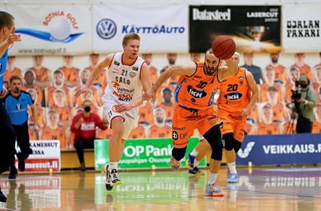 Salon Riku Laine ja Kauhajoen Bojan Sarceviic vauhdissa koripallon miesten Korisliigan viidennessä loppuottelussa Karhu Basket–Salon Vilpas Kauhajoella 25. huhtikuuta 2021.