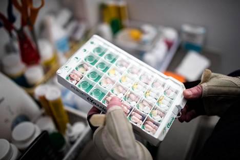 Ennen lääkkeiden koneellista annosjakelua kotihoidon työntekijät jakoivat lääkkeet dosetteihin käsin.