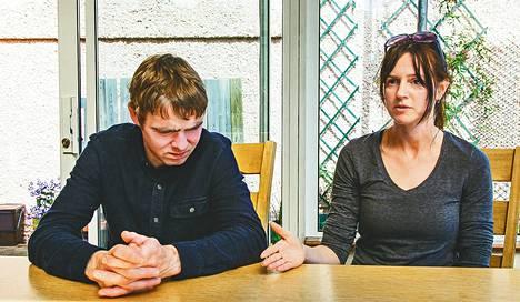 """Matkustaminen Englantiin raskaudenkeskeytykseen tuntui Amanda Melletistä ja James Burkesta rikolliselta. """"Suru on valtava. Pystyt hädin tuskin poistumaan omasta kodista, ja yhtäkkiä pitääkin lähteä vieraaseen maahan."""""""