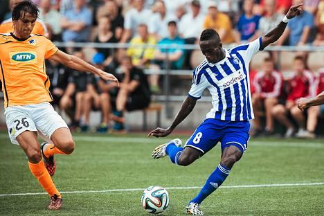 HJK:n Demba Savage (oik.) ja Apoel Nicosian Nuno Morais kamppailivat pallosta Mestarien liigan ottelussa keskiviikkona 30. heinäkuuta.