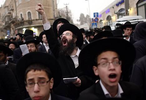 Sadattuhannet ultraortodoksit osoittivat mieltään sunnuntaina Jerusalemissa.