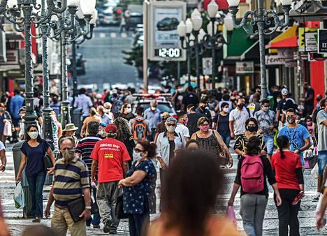 Kävelykatu oli vilkas Florianópolisin kaupungissa Santa Caterinan osavaltiossa Etelä-Brasiliassa tiistaina.