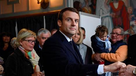 Presidenttiehdokas Emmanuel Macron kävi sunnuntaina äänestämässä  Le Touquet'ssa Pohjois-Ranskassa.