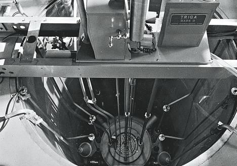 Otaniemen Triga Mark II-ydinreaktorin keskus. Vesitankin pohjalla näkyy reaktorin varsinainen sydänosa ja siinä polttoaine-elementtien päät.