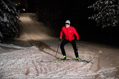 Ville Sivonen hiihtelee mielellään iltaisin ja öisin. Petikon ladut ovat hänen suosikkejaan.