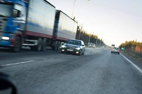Leväkaistatiellä Oulun pohjoispuolella näkee usein vaarallisia ohituksia. Tiellä on kuukauden aikana sattunut kaksi vakavaa onnettomuutta, josta toisessa kuljettaja menehtyi.