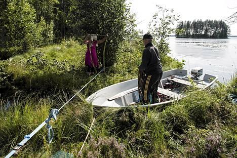 Maanomistajat Eeva ja Kauko Soininen köyttivät köysillä kiinni liikkeelle lähteneen saarensa keskiviikkona.